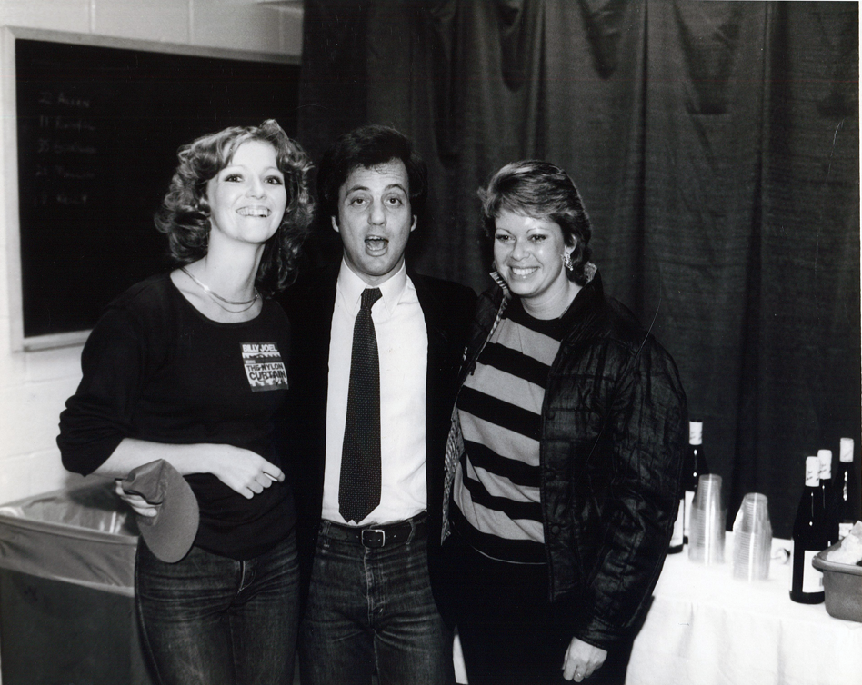 1984.12.xx - Photo - Billy Joel with Listeners - New York.png